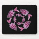 Pescados rosados que circundan Mousepad