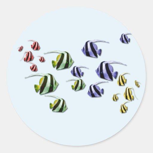 Pescados tropicales coloridos que nadan a los pegatina redonda