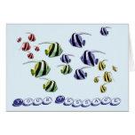 Pescados tropicales coloridos que nadan la tarjeta