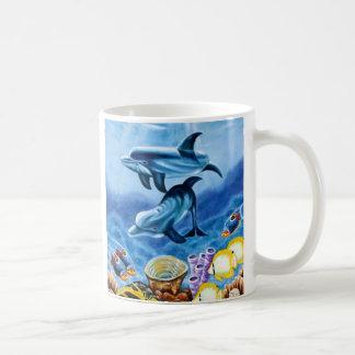 Pescados tropicales de los delfínes taza de café