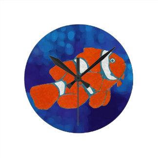 pescados tropicales del payaso del agua salada reloj redondo mediano