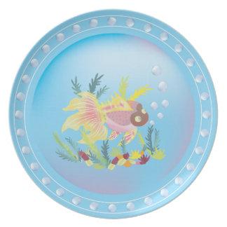 Pescados tropicales en la placa del arrecife de co plato de comida