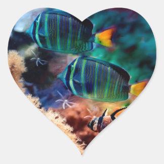 Pescados tropicales pegatina en forma de corazón