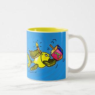 Pescados vivarachos de Chanuka - TAZA cómica linda