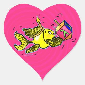 Pescados vivarachos de Hanuka - regalo cómico del Pegatina En Forma De Corazón