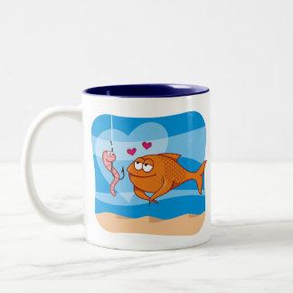Pescados y cebo en amor taza de café de dos colores