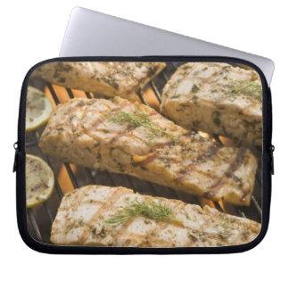 Pescados y espárrago que cocinan en parrilla mangas portátiles