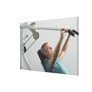 Peso de elevación del hombre en el gimnasio impresiones de lienzo