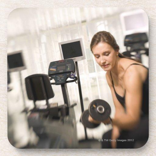 Pesos de elevación de la mujer en el gimnasio 2 posavasos