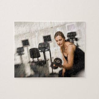 Pesos de elevación de la mujer en el gimnasio 2 rompecabeza con fotos