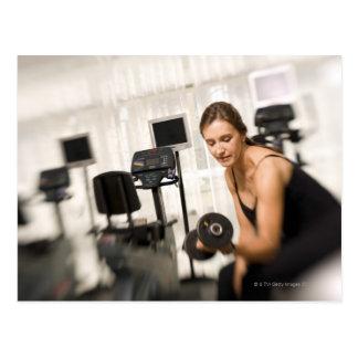 Pesos de elevación de la mujer en el gimnasio 2 postales