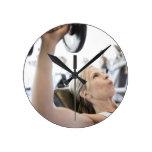 Pesos de elevación de la mujer reloj redondo mediano