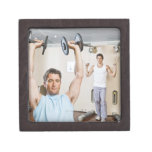 Pesos de elevación del hombre en el gimnasio caja de recuerdo de calidad