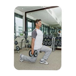 Pesos de elevación del hombre en gimnasio imanes de vinilo