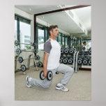 Pesos de elevación del hombre en gimnasio póster