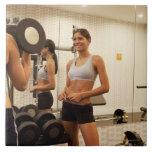 Pesos de elevación en el gimnasio azulejo cuadrado grande