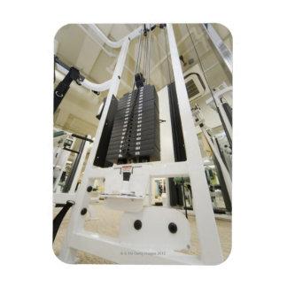 Pesos en una máquina del ejercicio en gimnasio, án imanes rectangulares