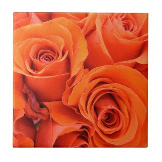 Pétalo color de rosa brillante anaranjado del ramo tejas