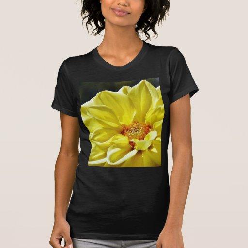 Pétalos amarillos de las flores camiseta