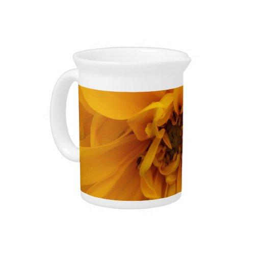 Pétalos amarillos jarras de beber