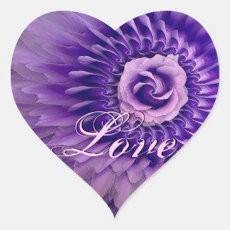 Pétalos color de rosa color de rosa y de la pluma pegatina en forma de corazón