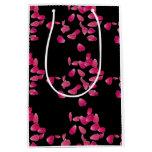 Pétalos color de rosa en bolso negro del regalo bolsa de regalo mediana