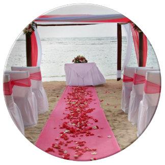 Pétalos color de rosa en la placa del boda de la platos de cerámica