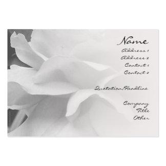 Pétalos color de rosa negros y tarjeta blanca del tarjetas de visita grandes