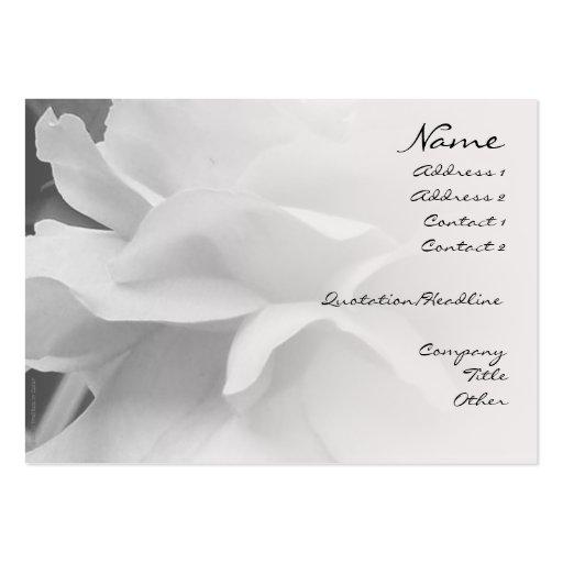 Pétalos color de rosa negros y tarjeta blanca del  tarjeta de visita