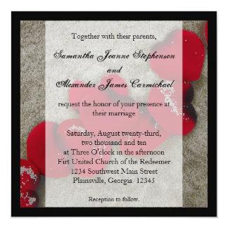 Pétalos color de rosa rojos en el boda de playa de invitación 13,3 cm x 13,3cm