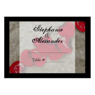Pétalos color de rosa rojos en el boda de playa de tarjetas de visita grandes