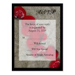 Pétalos color de rosa rojos en el boda de playa de tarjetas postales