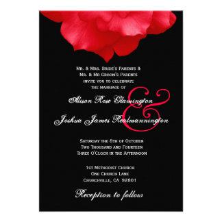 Pétalos color de rosa ROJOS que casan la invitació