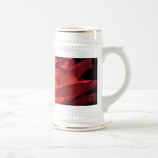 Pétalos color de rosa rojos jarra de cerveza