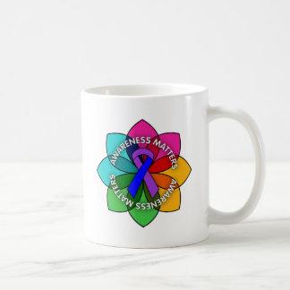 Pétalos de las materias de la conciencia de la art taza de café