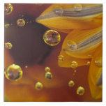 Pétalos en la superficie reflexiva de Mylar con de Azulejo Cuadrado Grande