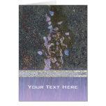 Pétalos y púrpura del pavimento tarjeta de felicitación
