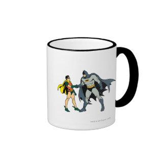 Petirrojo y apretón de manos de Batman Taza