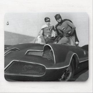 Petirrojo y Batman que se colocan en Batmobile Alfombrillas De Raton