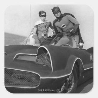 Petirrojo y Batman que se colocan en Batmobile Pegatina Cuadrada
