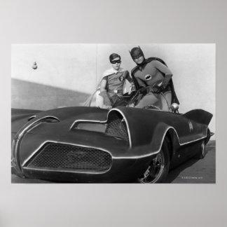 Petirrojo y Batman que se colocan en Batmobile Póster