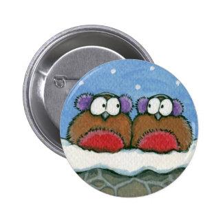 Petirrojos que llevan las orejeras - botón festivo pin redondo de 2 pulgadas