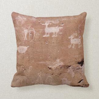 Petroglifo del cazador con la plantilla del texto cojines