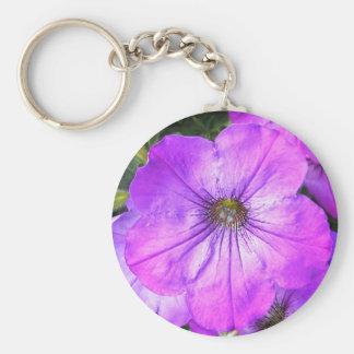 Petunia púrpura bonita llavero redondo tipo pin