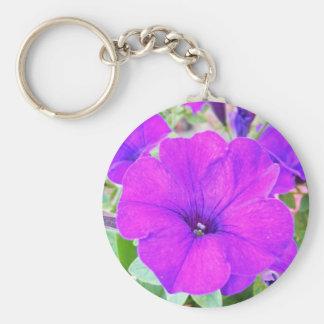 Petunia púrpura llavero redondo tipo pin