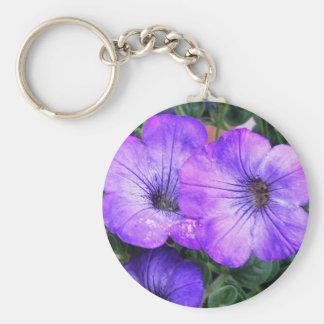 Petunias púrpuras bonitas llavero redondo tipo pin