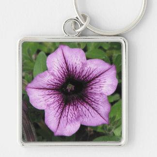 Petunias púrpuras llavero cuadrado plateado