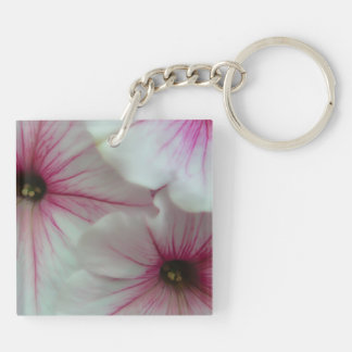 Petunias rosadas suaves y delicadas llavero cuadrado acrílico a doble cara