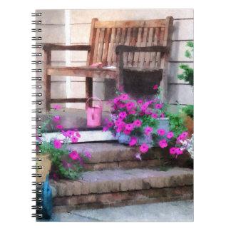 Petunias y regaderas rosadas libros de apuntes con espiral