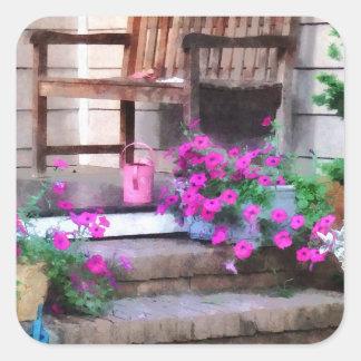 Petunias y regaderas rosadas calcomanías cuadradas